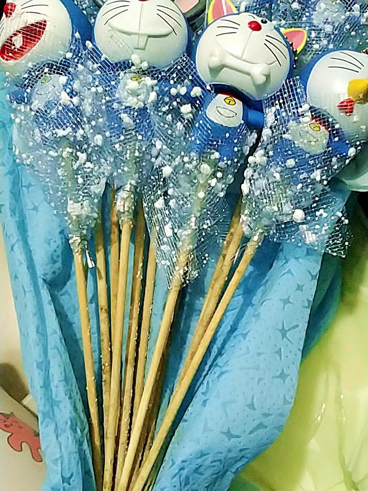 送女朋友的创意情人节礼物,可爱的哆啦A梦公仔花束