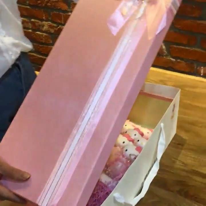 送女盆友超浪漫的情人节礼物,高颜值的KT猫公仔花束